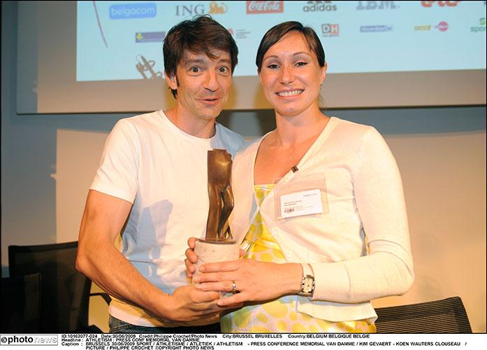 Kobe – Loper (Runner) – 2009 – Bronze - 19,5 x 7 x 5 cm - Memorial Van Damme - © Photo News (Koen Wauters and Kim Gevaert holding the winner's trophy, entitled Loper (Runner)
