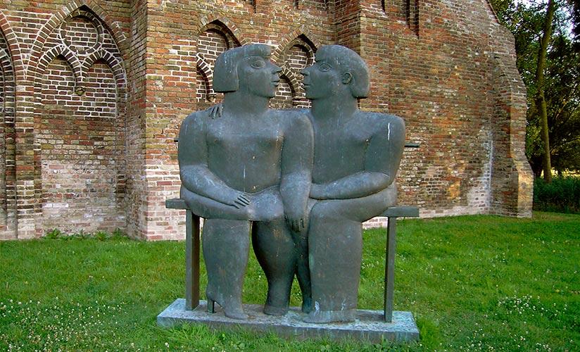 Kobe – Les Amoureux du Banc Public (Public Bench Lovers) – 2000 – Bronze - 270 x 270 x 50 cm – Private collection – © Angèle Quintens