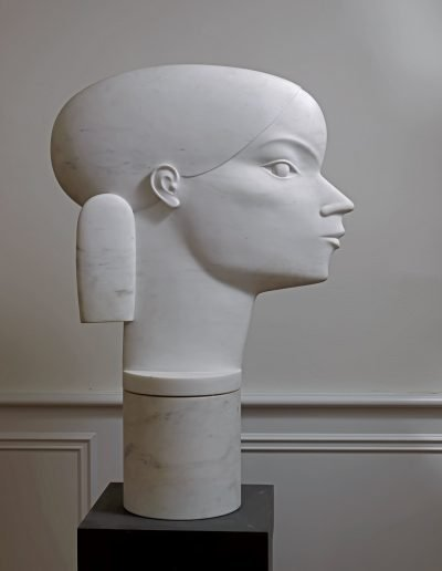 Kobe - La Demoiselle des Étangs (The Lady of The Ponds) – 2007 – Private collection – Marble (Bianco Statuario) – 73 x 70 x 26,5 cm (base 26,5 x 26,5 cm) – © Fotostudio Frans Lossie, Heusden
