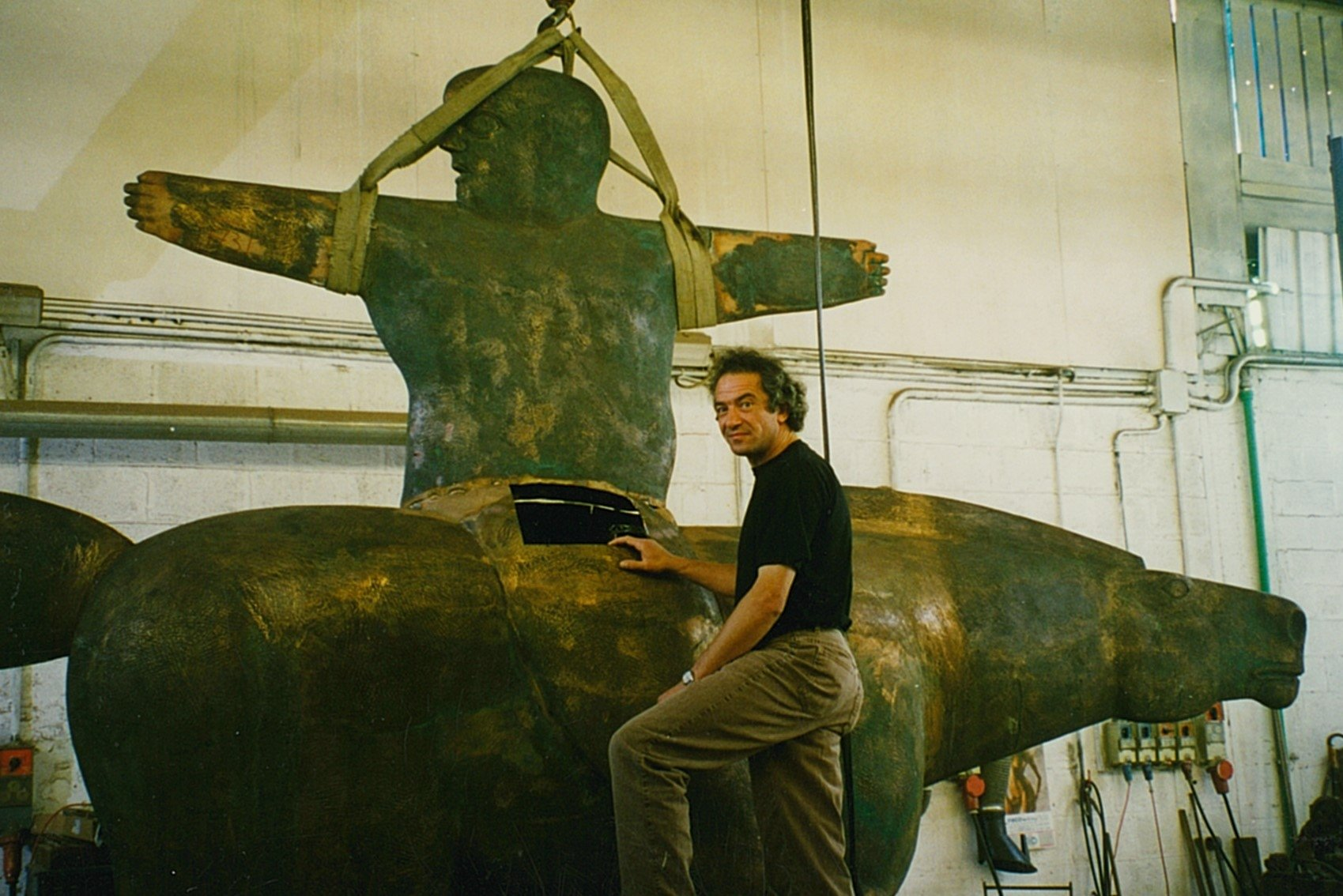 Kobe – De Grote Aanvoerder (The Great Captain) – 1997 – Bronze – 450 x 500 x 100 cm © Photographer Unknown 1-2